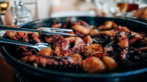 Les chipirons aux piments d'Espelette, servis en tapas
