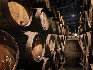 Des fûts de bois pour l'élevage du vin